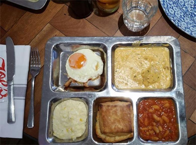 Bir tepsi üzerinde kahvaltı... Hapishanede miyiz?