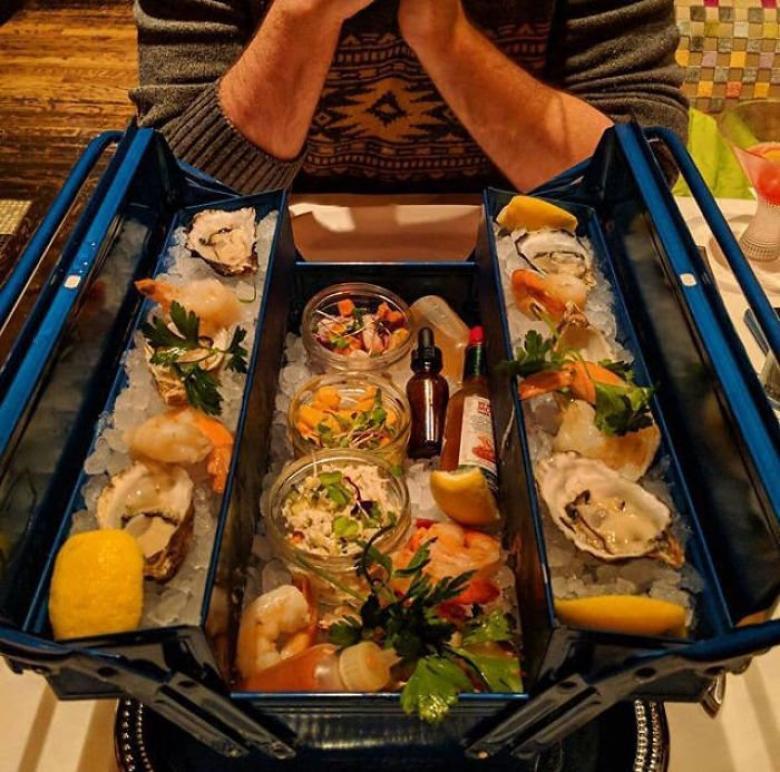 Alet çantasında deniz ürünleri