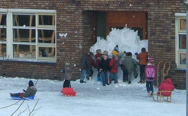Çocuklar okul kapısını karla kapatıyorlar...