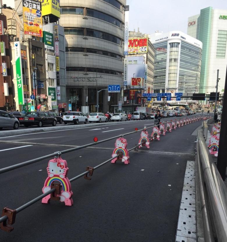 Tokyo'da bulunan Hello Kitty bariyerleri