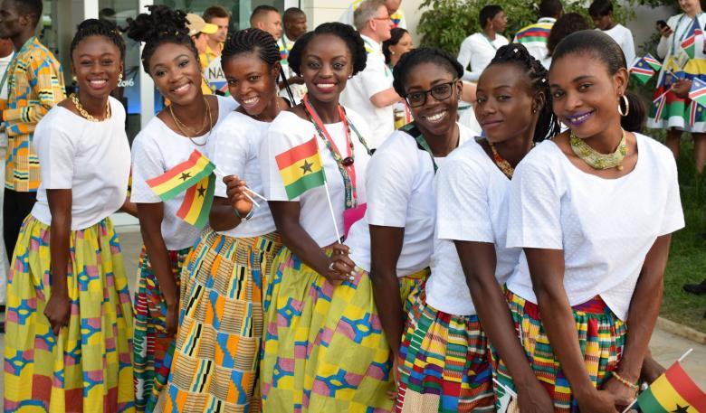 Gana bayrakları ile poz veren kadınlardan sevimli bir kare