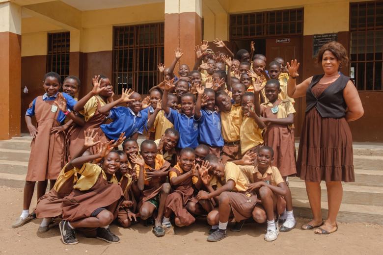 Okul önünde toplu fotoğraf çektiren öğrenciler