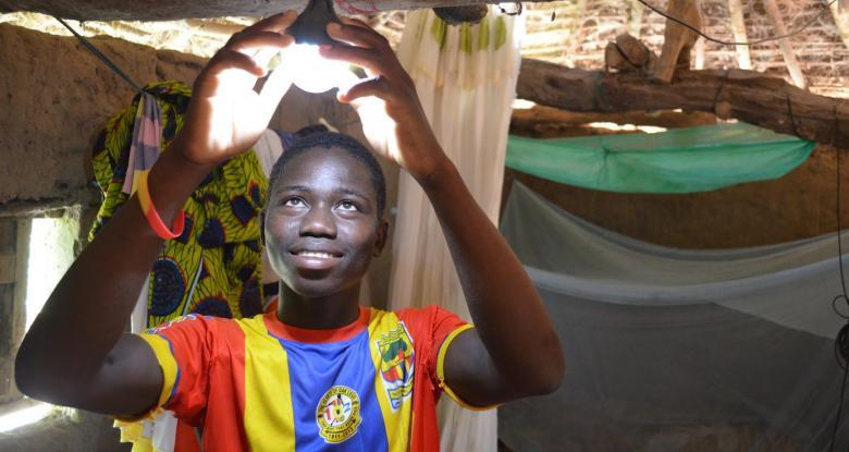Çadır evinde ışığının ampulünü takan bir çocuk