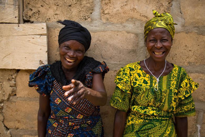 Kamerayı görünce gülerek poz veren kadınlar