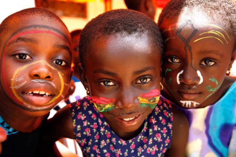 Yüzlerini Gana renkleri ile boyayan çocuklar