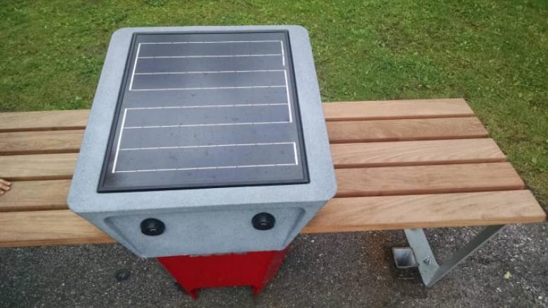 Park oturaklarının yanında bir güneş paneli var