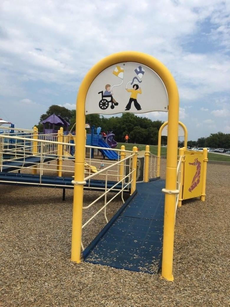Engelli çocukların da diğer çocuklarla birlikte kullanabildiği bir park