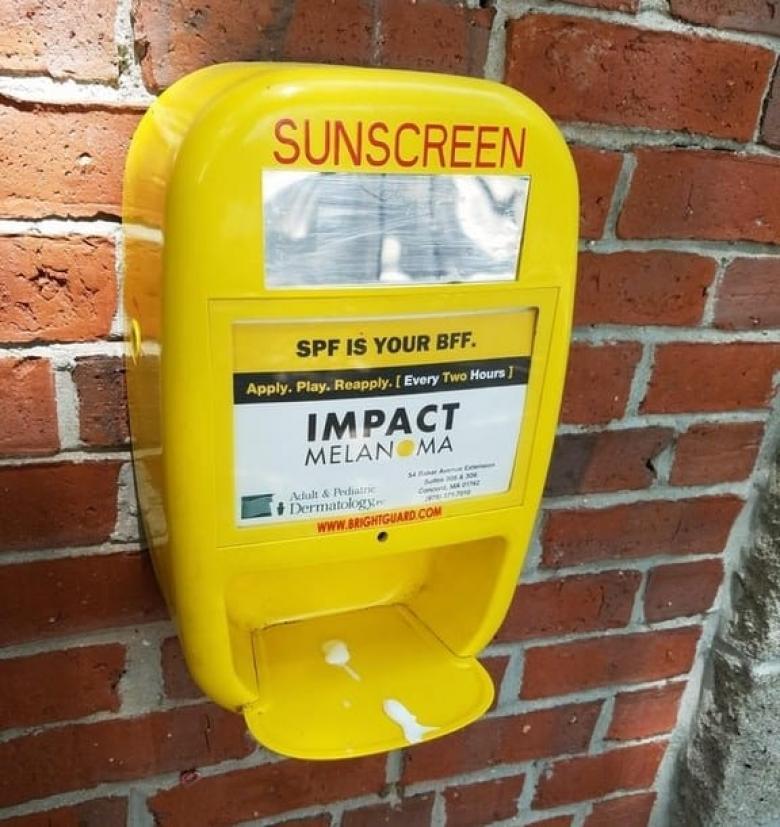Bu parka gelen insanlar güneşten fazla etkilenmemek için ücretsiz olarak güneş kremi kullanabiliyor