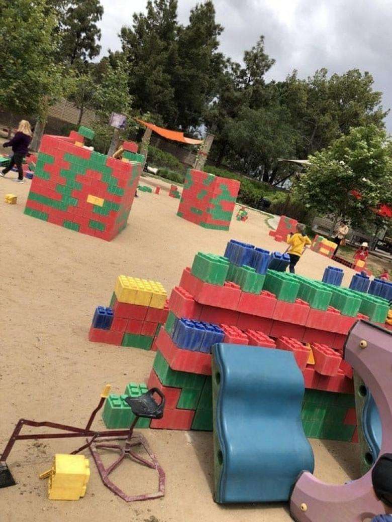 Bu oyun alanında Lego parçalarına benzer küpler bulunuyor