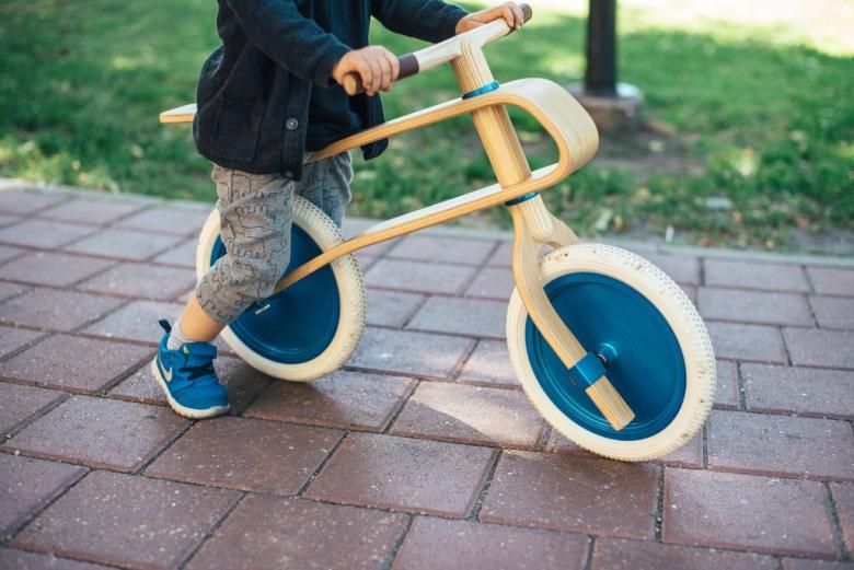 Onlara bisiklet binmeyi öğretin ve birlikte bisiklet sürün