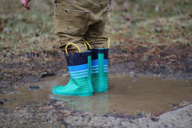 Yağmurlu bir günün ardından su birikintisinde sıçrayın