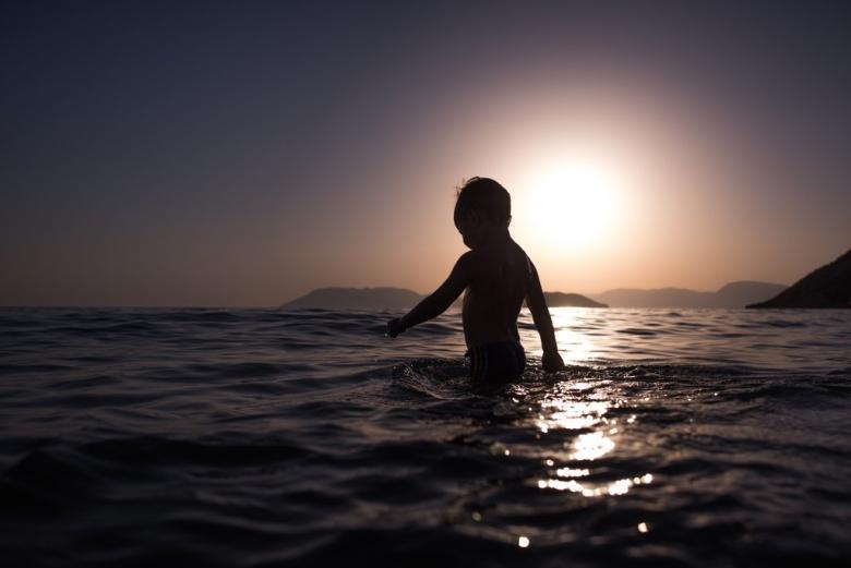 Gün batımında yüzmeye gidin