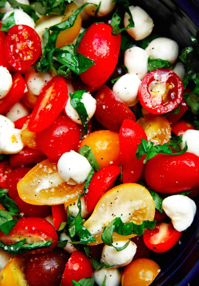 Domates, Fesleğen ve Mozzarella Salatası