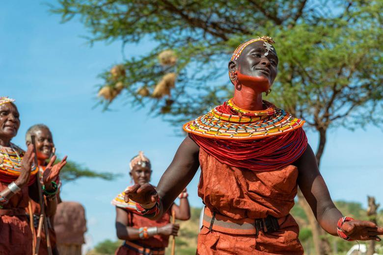 Giyim tarzı ve sürdüğü boyalarla dans eden bir Kenya erkeği