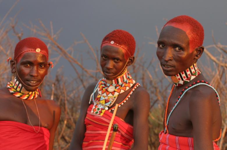 Bir kabileye mensup ilginç giyim tarzlarıyla 3 Kenya erkeği