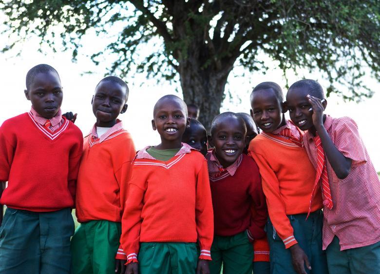 Okul elbiseleriyle görüntülenen Kenyalı çocuklar