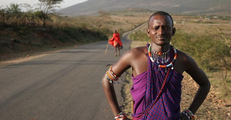 Yol üzerinde bir Kenya erkeğinin yürüyüş yaparken ansızın çekilmiş fotoğrafı