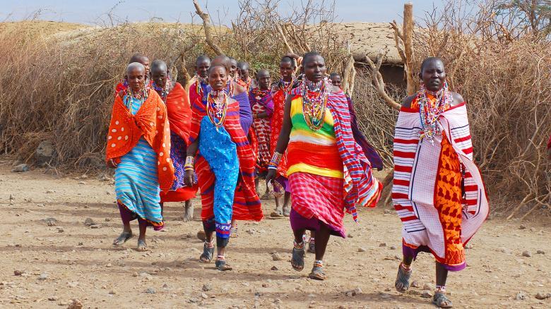 Yapacakları gösteri öncesi alana giden saçlarını kazıtmış Kenya kadınları