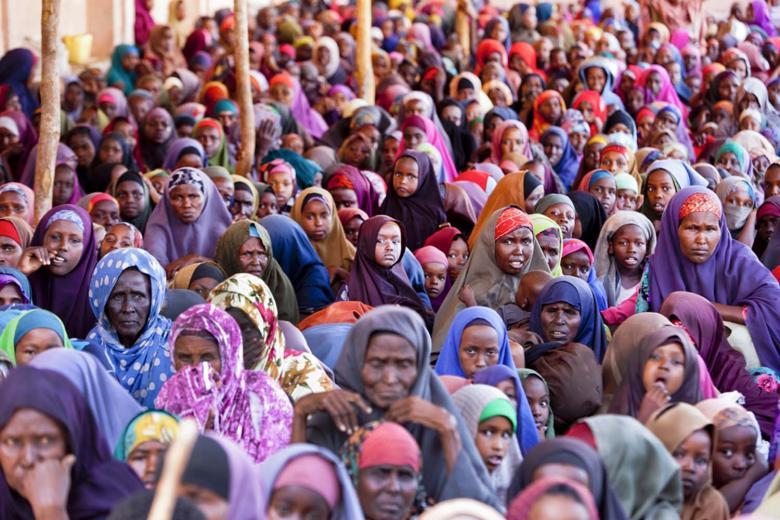 Kadınlardan oluşan toplanmış bir kalabalık