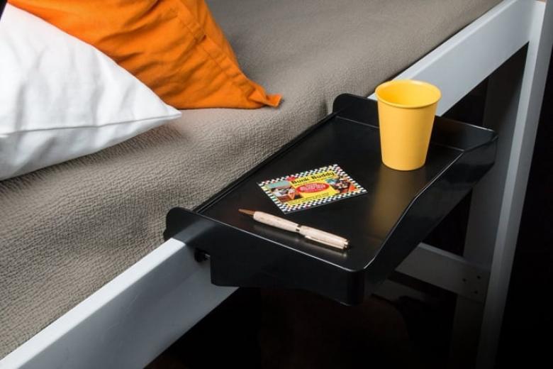 Yatağının kenarına monte edilebilen bu aparatla rahat rahat ders çalışabilirsin