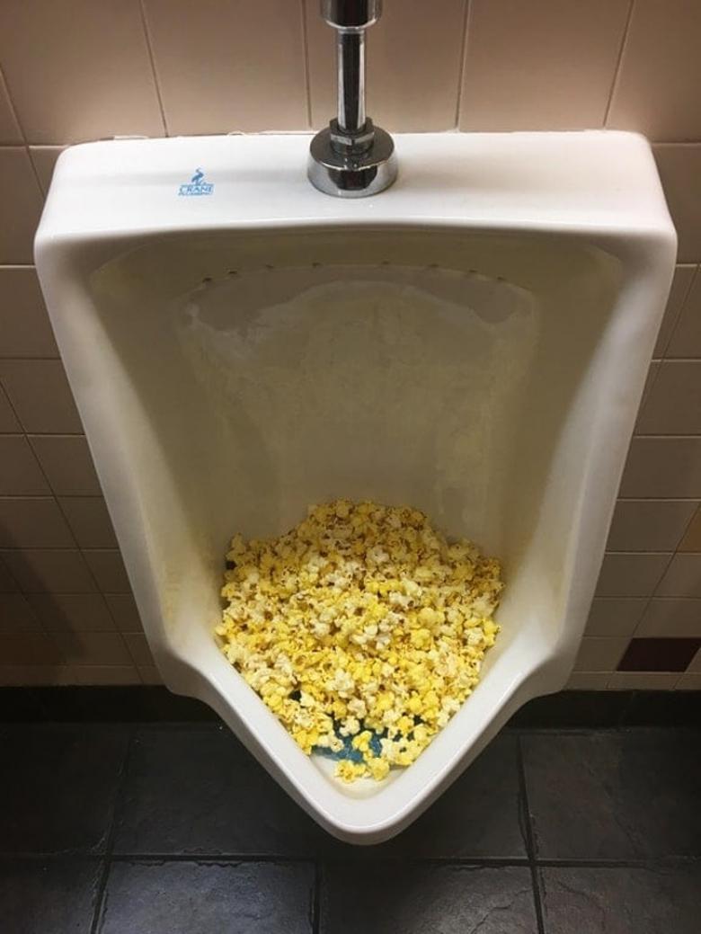 Patlamış mısırın pisuvarda ne işi var?