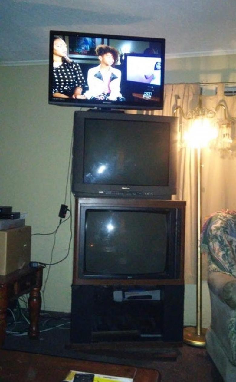 Eski televizyonları atmaya üşenmiş olmalı