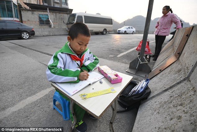 Ödevlerini Caddede Yapmak Zorunda Kalan 8 Yaşındaki Çocuk