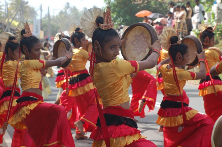Kendi kültürlerini giyim ve dansları ile izleyenlere sergileyen kızlar
