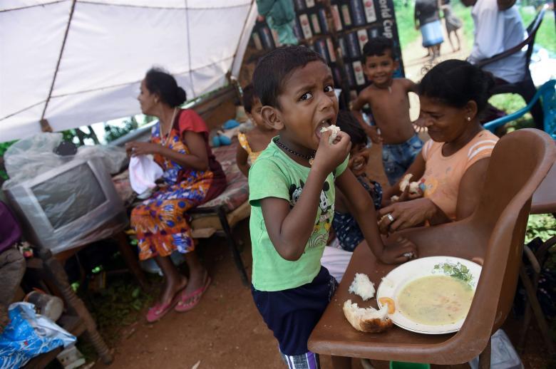 Önündeki yemeği yemekle meşgulken görüntülenen bir çocuk
