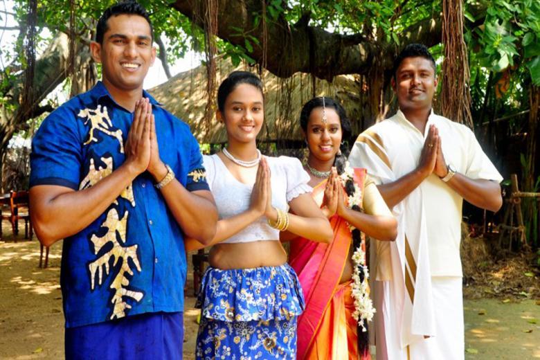 Ellerini önlerinde birleştirerek misafirlerine hoş geldin diyen Sri Lankalılar