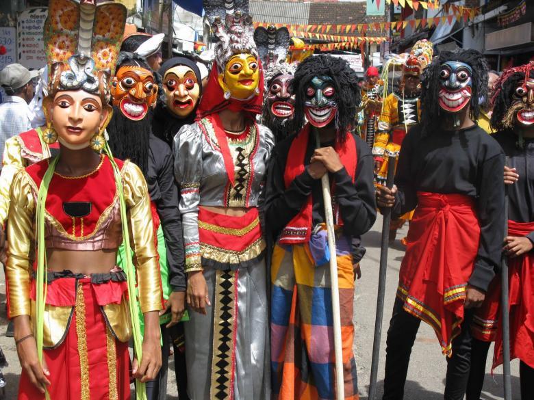 Yabancı turist kafilelerini değişik giyim tarzları ile karşılayan insanlar