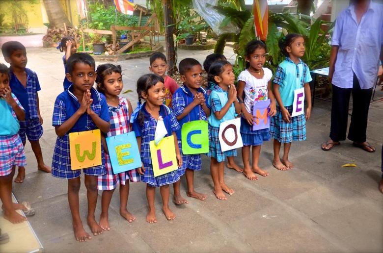 Çocukların, kendilerini ziyarete gelenleri karşılamak üzereyken çekilmiş olan pozları