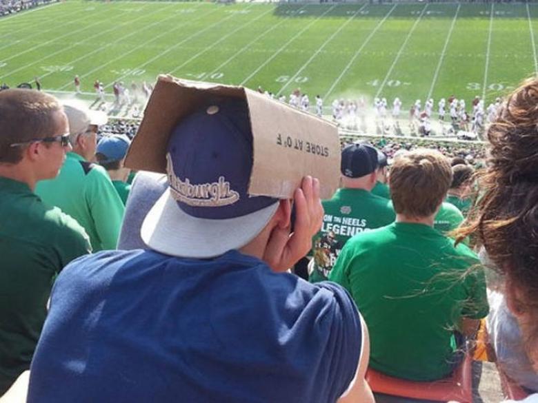 Şapka kullanımını unutan genç