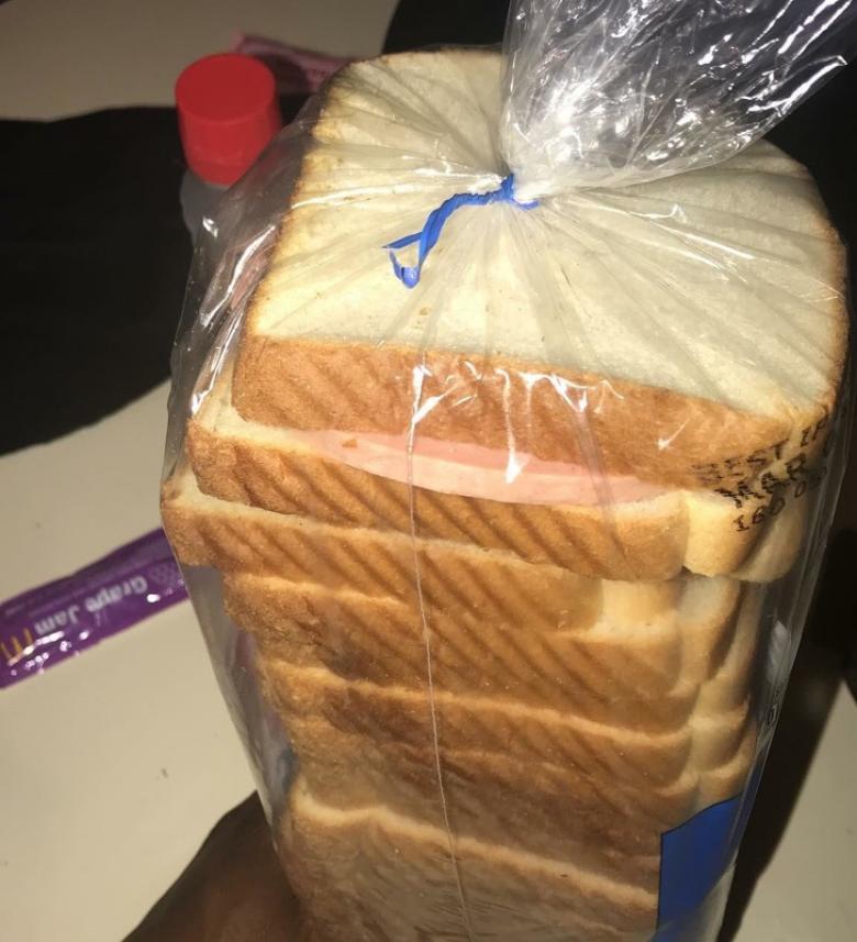 Kendine bir sandviç yapıp aldığı yere geri koyan kadın